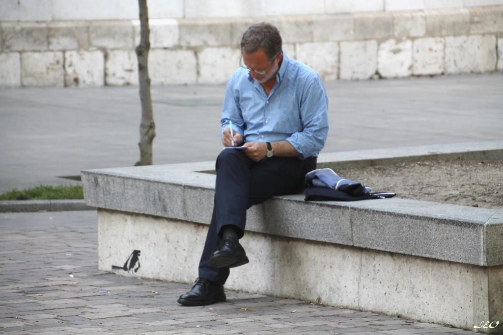 Manuel Saravia escribiendo